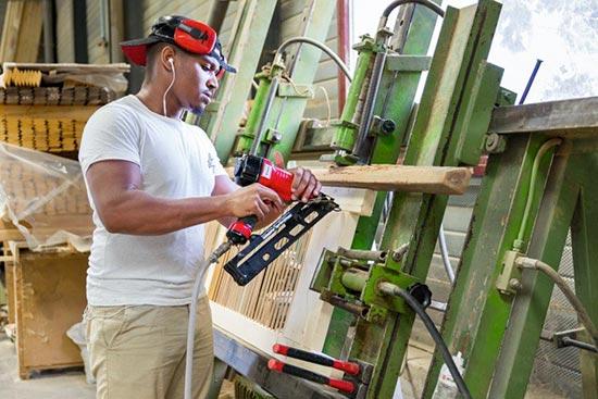 Atelier de production de volets et fenêtres sur-mesure